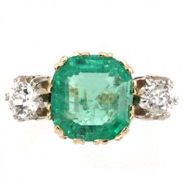 Anello fascia oro, 2 diamanti totali- e maxi smeraldo