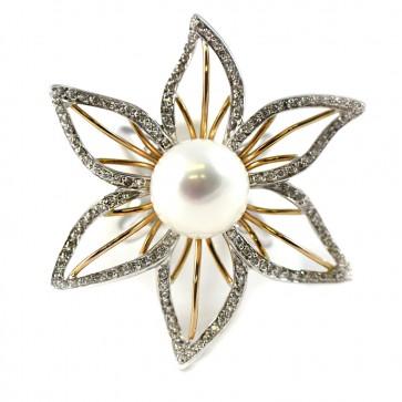 Anello in oro bicolore bianco e rosa 18 ct, con perla australiana da 12 mm di diametro e con diamanti taglio brillante da 0,68 ct. Peso dell'anello: 13,7 gr. Il fronte dell'anello misura 4,4 cm x 3,8 cm.