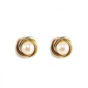 Orecchini al lobo, in oro tricolore 18 ct, con perle giapponesi da 7 mm di diametro contornate da treccia d'oro tricolore. Paletto e farfallina come retro. Gli orecchini misurano 1,2 cm. Peso: 5,8 gr. Moderni.