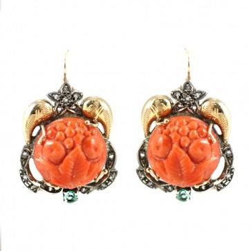 Orecchini pendenti in stile oro, corallo inciso e diamanti - 3,5 cm; 12,4 gr