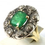 Anello maxi margherita in stile, oro, smeraldo - 4.30-4.60 ct e diamanti -0.90 ct- su argento;  11.4 gr