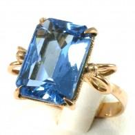 Anello in stile, oro e pietra azzurra di sintesi rettangolare; 5,56 gr
