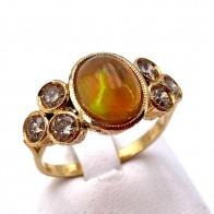 Anello, oro, opale - 2.60-2.70 ct e diamanti - 0.80-0.90 ct. 4.76 gr.