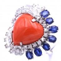 Anello maxi cuore corallo, oro, zaffiri - 3.0 ct- e diamanti - 0.74 ct; 12.2 gr