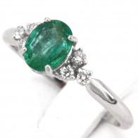 Anello fascia oro, trittici di diamanti - 0.12 ct- e smeraldo - 1.0 ct; 2.10 gr