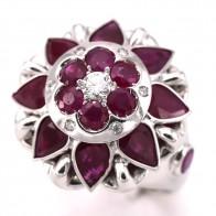 Anello fiore Zancan, oro con rubini - 5.00-5.30 ct - e diamanti - 0.20-0.25 ct; 15.61 gr