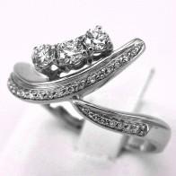 Anello trilogy mosso in oro e diamanti -0.60-0.67 ct; 6.08 gr
