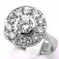 Anello toppa circolare con diamante solitario - 0.86 ct - e diamanti laterali - 0.80-0.90 ct - G-SI; 13.3 gr