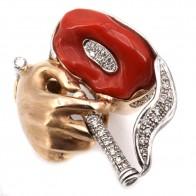 Anello artistico capolavoro oro con scultura mano e sigaretta, corallo rosso e diamanti. 33.9 gr; 3.2 cm