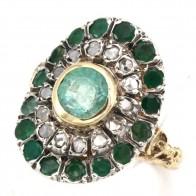 Anello toppa a sella in stile oro, diamanti - 0.60 ct- e smeraldi -2.60-2.80 ct-; 7.6 gr