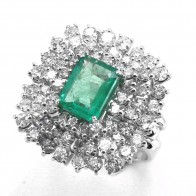 Anello maxi oro, diamanti - 2.51 ct- e smeraldo - 1.96 ct; 10.15 gr