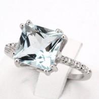 Anello oro, quadro acquamarina - 4-4.5 ct - e diamanti - 0.18-0.20 ct; 4.49 gr