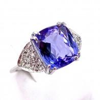 Anello oro, tanzanite -7.40 ct- e diamanti -0.40 ct; 4.79 gr