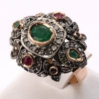 Anello cupola multicolor in stile oro, smeraldi -2-2.20 ct-, rubini - 0.20-0.25 ct, mini zaffiri e diamanti - 1.0-1.1 ct; 13.1 gr