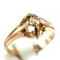 Anello solitario, in stile decò, oro e diamante - 0,10-0,12 ct; 3,7 gr