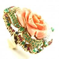 Anello maxi rosa corallo, oro, smeraldi -2,10-2,15 ct- zaffiri, rubini - 1,00-1,10 ct- e diamanti -0,70-0,80 ct; 36,5 gr
