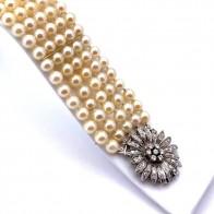 Bracciale da 17.5 cm, 5 fili di perle giapponesi - 6 mm- con spettacolare chiusura fiore in oro e diamanti - 0.65-0.80 ct; 49.5 gr