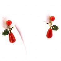 Orecchini pendenti in stile oro, corallo rosso e foglie di giada- 7.9 gr; 2.9 cm
