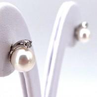 Orecchini al lobo oro, perle giapponesi - 6.5-7 mm - e diamanti - 0.06 ct; 2.17 gr