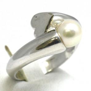 Anello contrarié, oro bianco e perla giapponese