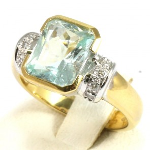 Anello oro, acquamarina - 3,5 ct -  e diamanti - 0,10 ct-  7,4 gr