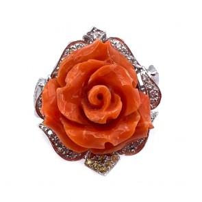 Anello maxi rosa corallo, oro, diamanti e zaffiri gialli;