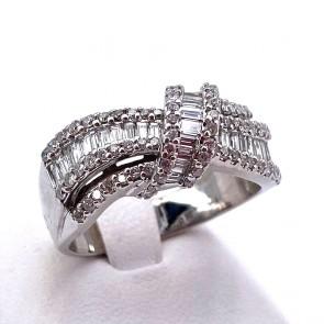 Anello fascia, nodo, in oro e diamanti -1.50-1.70 ct totali; 8 gr