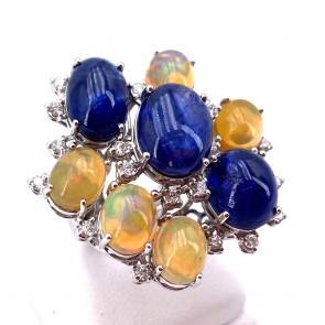 Anello maxi composizione oro, zaffiri - 19.8 ct - opali - 6.5 ct - e diamanti - 0.80 ct ; 18.97 gr
