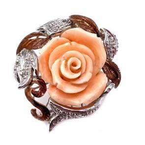 Anello in stile maxi rosa corallo, oro, argento e diamanti;