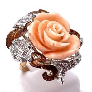 Anello in stile maxi rosa corallo, oro, argento e diamanti; 10.85 gr