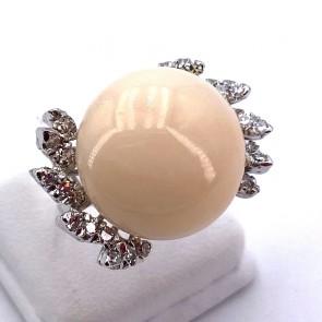 Anello maxi bottone corallo rosa, oro e diamanti - 1.10-1.15 ct; 11.46 gr