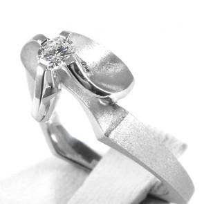 Anello solitario, design astratto, oro satinato e diamante - 0,20-0,25 ct; 4,44 gr