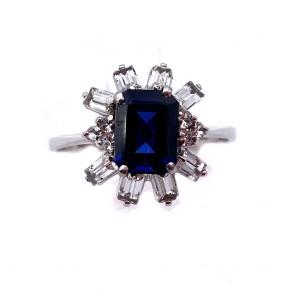 Anello margherita oro, pietra blu di sintesi e zirconi taglio baguette;