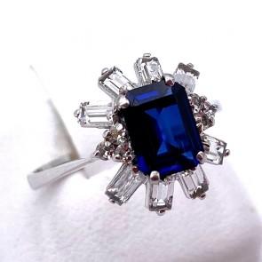 Anello margherita oro, pietra blu di sintesi e zirconi taglio baguette; 3 gr.