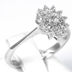 Anello margherita ovale, oro e diamanti - 0,24-0,28 ct; 2,5 gr