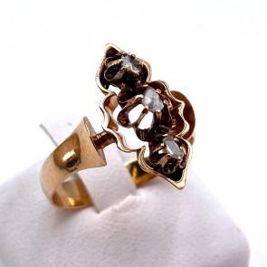 Anello antico cesellato a mano oro e diamanti; 3.87 gr