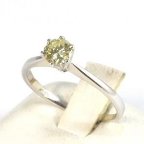 Anello solitario, montatura a 6 griffes, oro e diamante - 0.39 ct; 1.8 gr