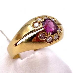 Anello fascia bombata oro, con margherita rubino -0.7 ct- e diamanti - 0.15-0.20 ct. 4.38 gr.