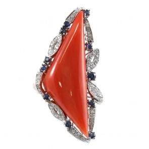 Anello maxi corallo, oro, zaffiri - 0.85 ct- e diamanti
