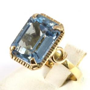 Anello in stile, antico, oro e pietra azzurra di sintesi rettangolare; 5,5 gr