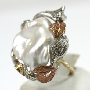 Anello maxi in stile perla barocca, oro e argento; 13.4 gr