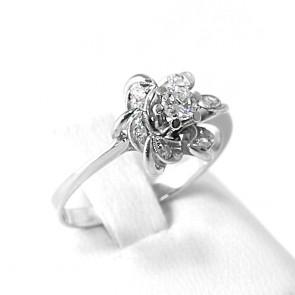 Anello solitario, fiore in stile, oro e diamante solitario taglio brillante centrale per 0,13-0,17 ct e diamanti taglio 8/8 - 0,04-0,06 ct; 3 gr