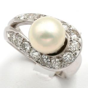 Anello in stile perla giapponese, oro e diamanti; 9.9 gr