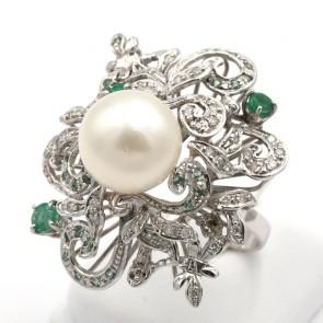 Anello maxi fiore oro, perla australiana bianca da 12 mm di diametro, smeraldi - 0.92 ct- e diamanti -0.47 ct; 11.84 gr