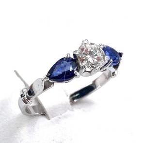 Anello oro, diamante solitario -0.54 ct- e zaffiri -1.10 ct; 2.9 gr