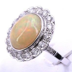 Anello maxi margherita in stile, oro, opale - 3.75 ct e diamanti -0.69 ct. 5.16 gr.