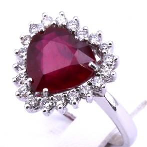 Anello cuore di rubino - 4.25 ct - e diamanti - 0.60 ct; 5.52 gr