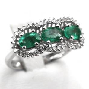 Anello trilogy oro, smeraldi - 1.48 ct - e diamanti - 0.40 ct; 4.5 gr