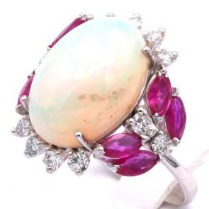 Anello maxi margherita ovale, oro, opale - 7.10 ct- rubini -1.64 ct- e diamanti -0.65 ct. 7.08 gr.