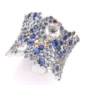 Anello maxi fascia merlettata oro, zaffiri - 2.6-2.8 ct e diamanti - 0.70-0.80 ct + 0.50-0.60 ct; 24.6 gr